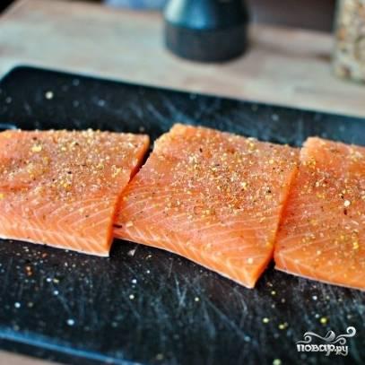 8. Филе лосося посыпьте перцем и солью. Разрежьте на острые кусочки. Оставьте рыбку минут на 20.