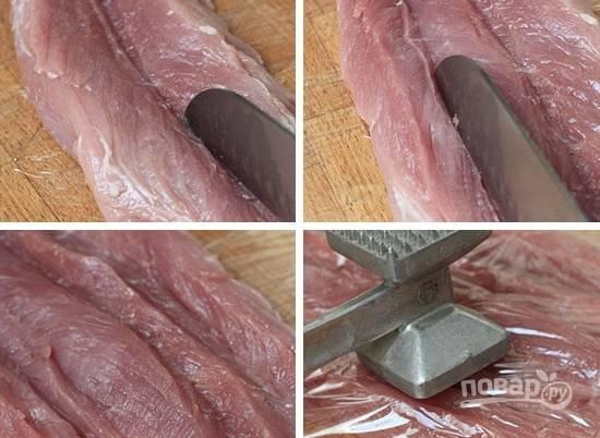 1. Аккуратно разрежьте отбивную, чтобы развернуть мясо. Застелите пленкой, отбейте слегка. Соедините измельченный чеснок с соком лимона, горчицей, растительным маслом, солью и перцем.