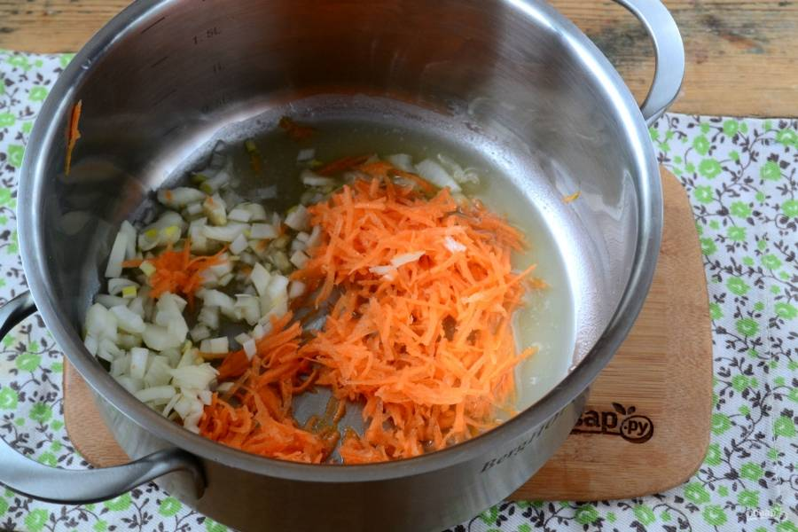 В кастрюле с толстым дном растопите смалец. Всыпьте муку, слегка прожарьте её. Затем добавьте лук и морковь, прожарьте их в течение нескольких минут.