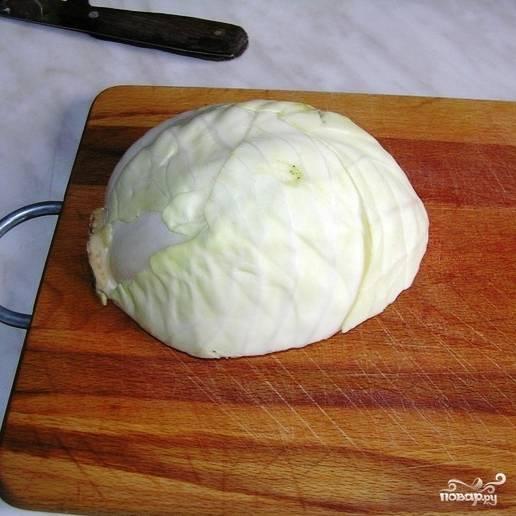 Тем временем приступаем к приготовлению начинки. Берем капусту, нарезаем на небольшие квадратики 1 на 1 см, либо мелко шинкуем (кому как больше нравится).