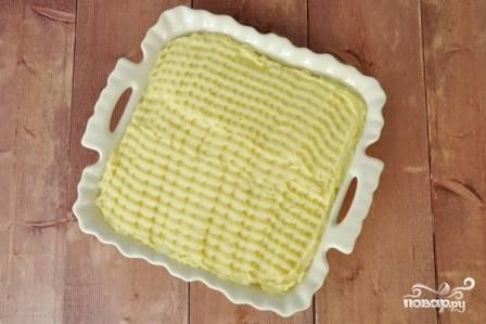 И сверху — оставшееся пюре. Разравниваем верхний слой. Можно оставить поверхность ровной, а можно украсить. Еще запеканку можно присыпать тертым сыром.