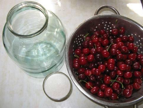 1. В сезон вишни я всегда делаю заготовки на зиму. Вишни тщательно отбираю от порченых ягод и убираю хвосты. Тем временем ставлю в большой емкости воду и жду закипания.