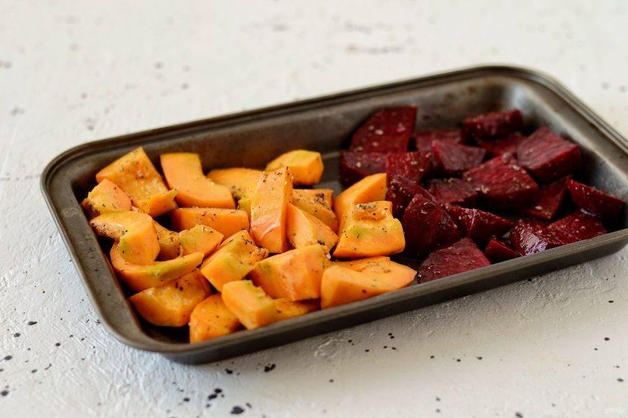 Выложите тыкву и свеклу на противень. Запекайте овощи 30 минут при температуре 200 градусов.