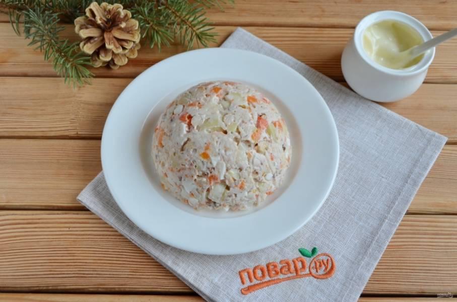 10. Переверните на плоскую тарелочку. Хорошо смажьте салат с помощью силиконовой кисточки или ложки жирным майонезом.