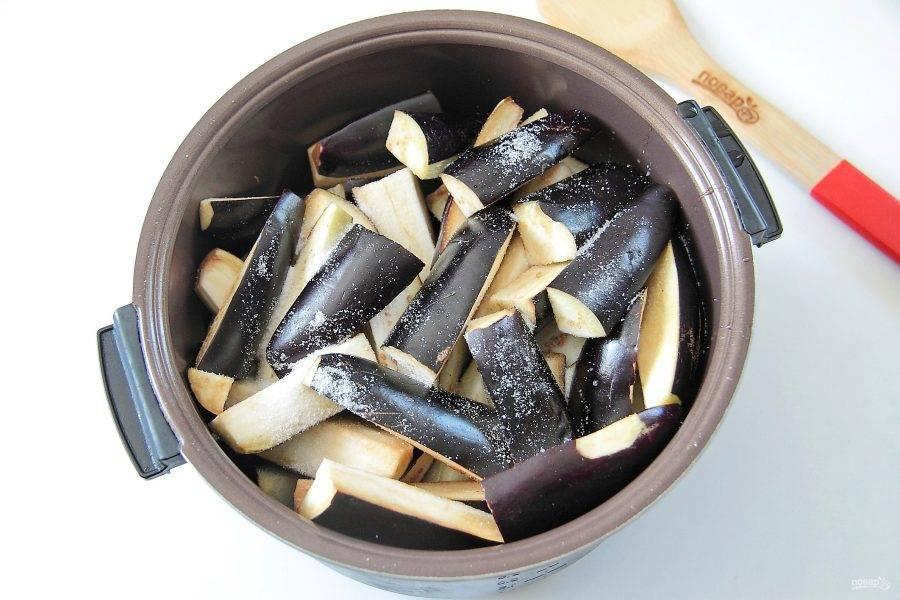 Сверху распределите баклажаны и посыпьте их солью по вкусу. Баклажаны предварительно режем пополам и каждую половину еще на 2-4 части.