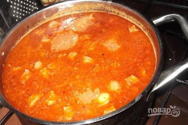В суп добавьте зажарку и картофель. Варите все ещё 15 минут на медленном огне.