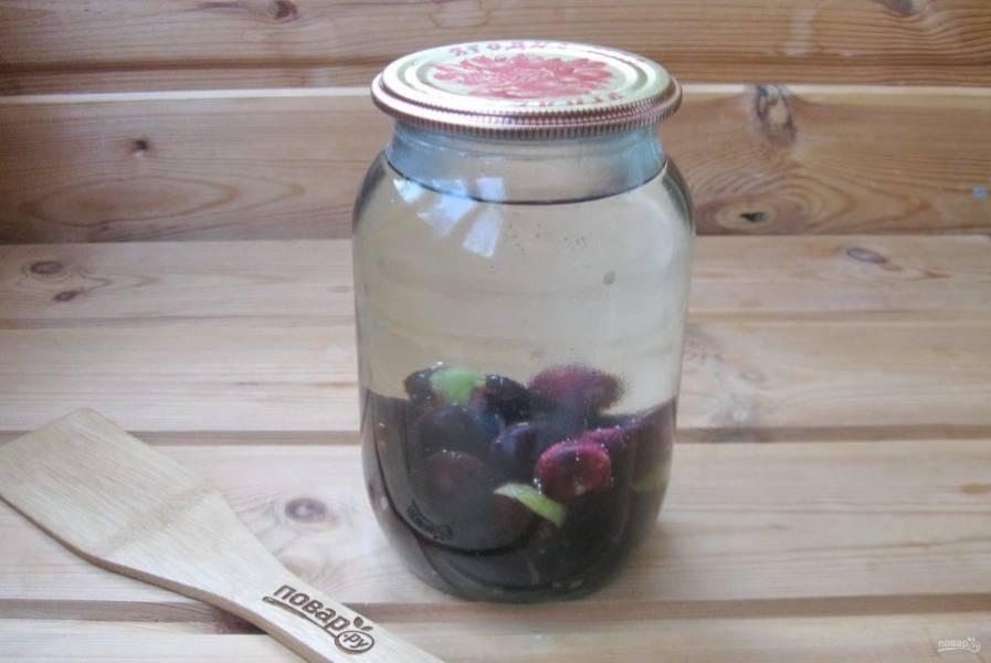 Налейте в банку с терном кипящую воду. Накройте стерилизованной крышкой и дайте постоять 20 минут.
