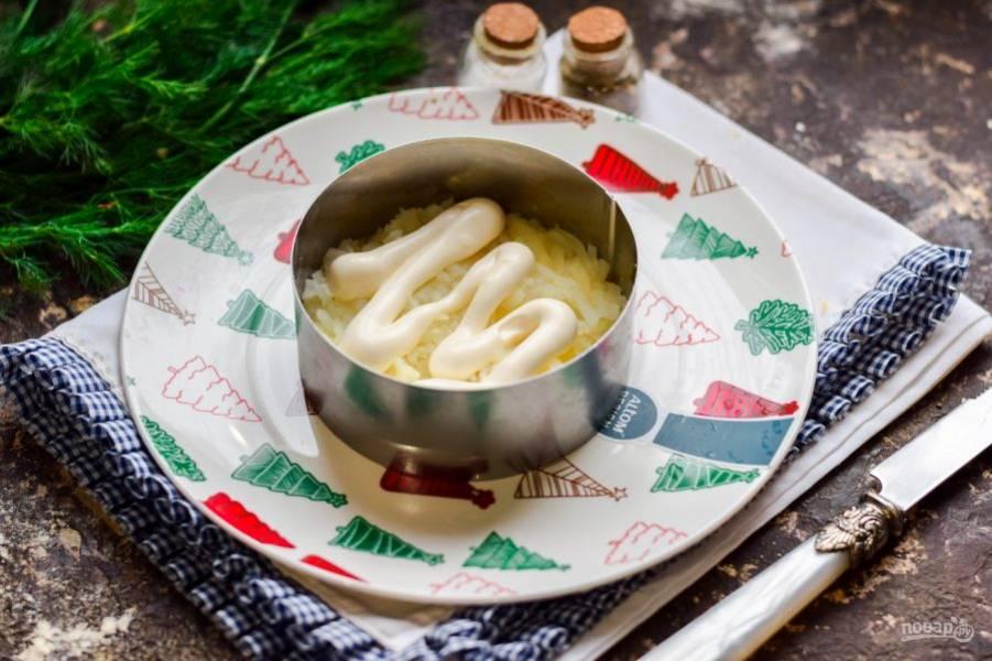 Картофель выложите в салат первым слоем, смажьте майонезом.