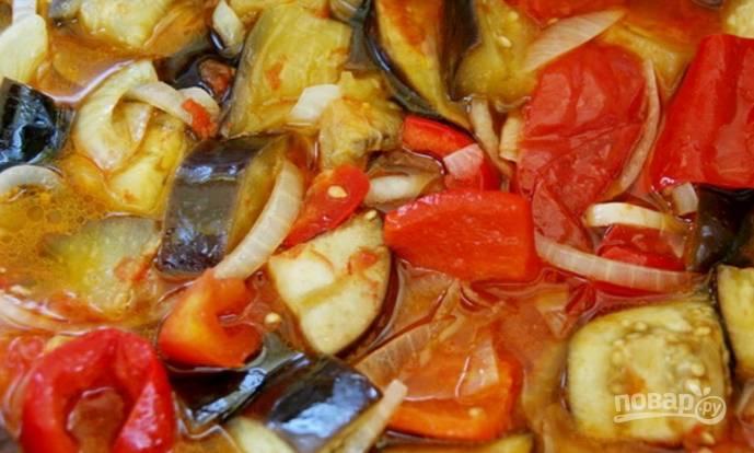 5.Накройте кастрюлю крышкой и отправьте на сильный огонь, после закипания уменьшите его до минимума и тушите салат 50 минут, за 5 минут до готовности добавьте уксус.