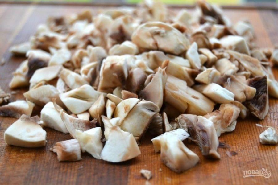 4.Помойте и почистите грибы, порежьте их небольшими кусочками.