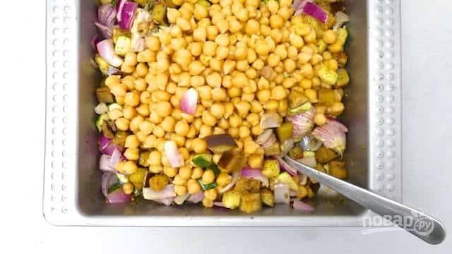 Отправьте эти овощи запекаться на 15 минут. С нута слейте воду и отправьте его к остальным овощам через 15 минут.