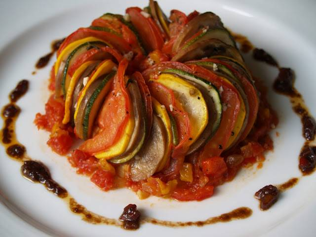 7. Для украшения рататуя смешайте оставленные пару ложек овощного рагу, соль, перец, ложку оливкового масла и бальзамический уксус. Украсьте тарелку по краям. В центр выложите рататуй. Приятного аппетита!