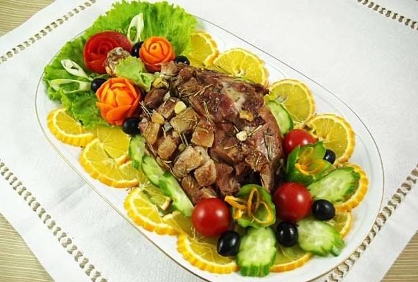 Перекладываем готовую лопатку на блюдо, украшаем ее овощами и зеленью и подам к столу. Приятного всем аппетита!