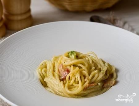 Разложите пасту по тарелкам, украсьте свежей зеленью и подавайте к столу. Приятного аппетита!