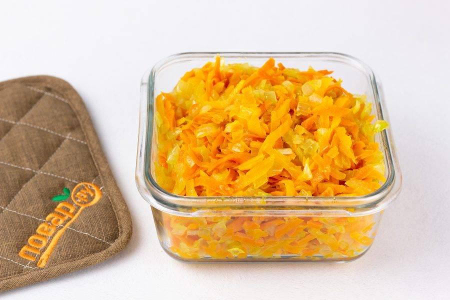 Лук мелко нарежьте, морковь натрите на крупной терке. На растительном масле обжарьте до прозрачности лук, затем добавьте морковь. Пассеруйте до мягкости.