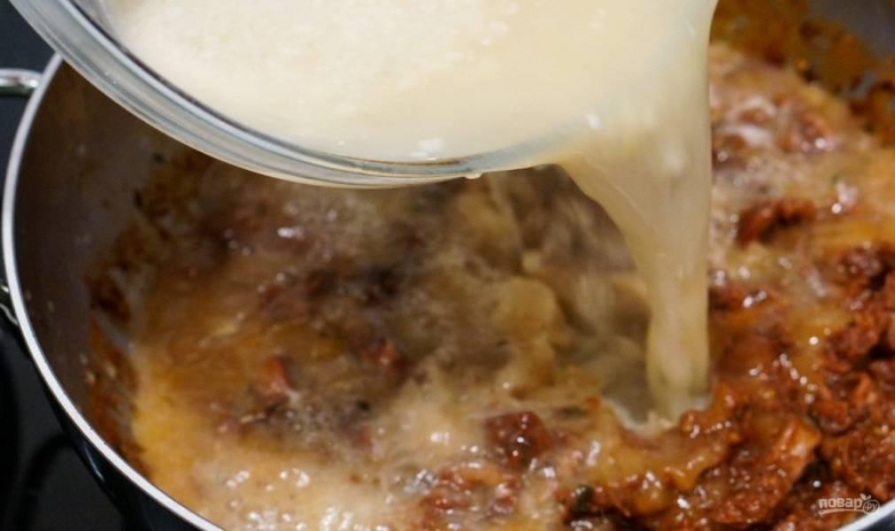 13.В кастрюлю к кальмару после испарения жидкости влейте ранее приготовленный рыбный бульон.