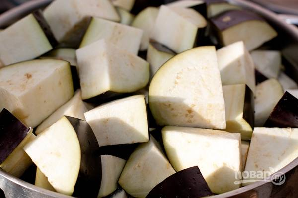 2.Перекладываю баклажаны в кастрюлю и заливаю холодной водой.