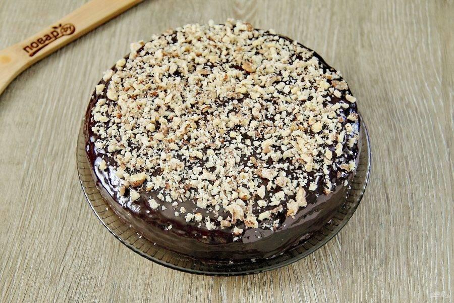 Постный шоколадный торт готов. Украсить его можно по своему вкусу. У меня измельченные грецкие орехи. Можно украсить верх любыми свежими или замороженными ягодами, фруктами или любыми другими постными добавками.