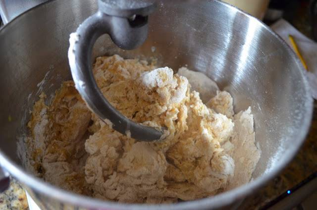 3. Взбивать массу до однородности. Удобно при приготовлении булочек с карамелью использовать кухонную технику, тогда тесто будет более нежным и однородным.