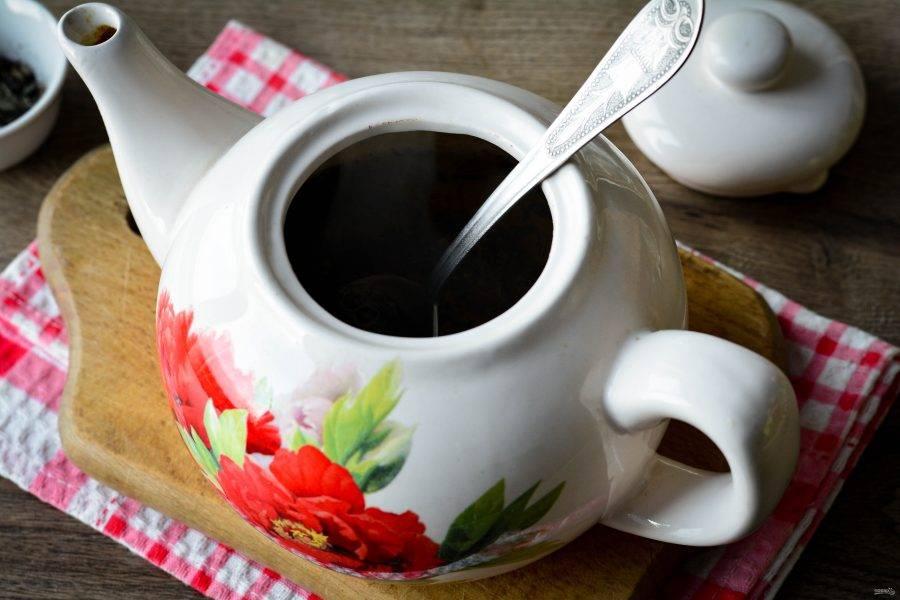 Вскипятите воду до 80-90 градусов, залейте чай кипятком.