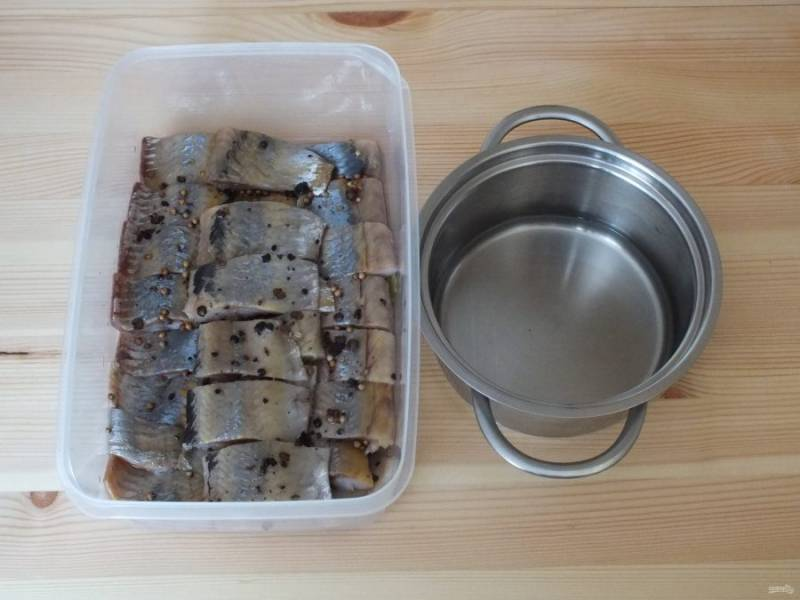 Охлажденным маринадом, с помощью ложки, пролейте каждый кусочек.