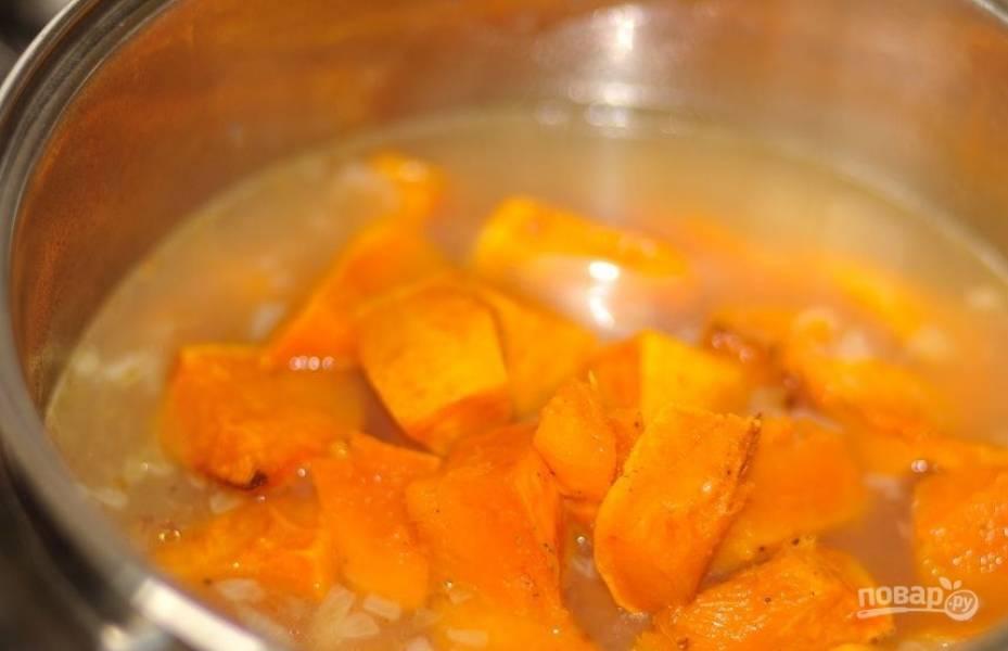 Добавьте в суп запеченную тыкву и чеснок, который следует очистить от шелухи. Доведите все ингредиенты до кипения и снимите кастрюльку с огня.