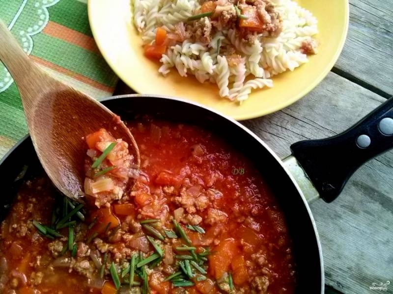 Посыпьте готовое блюдо мелко порезанным зеленым луком. Подлива с фаршем готова. Готовьте с удовольствием!