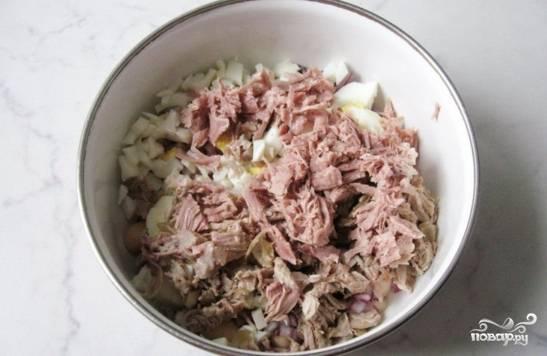 Отварную индейку нарежьте мелкими кусочками и добавьте к салату.