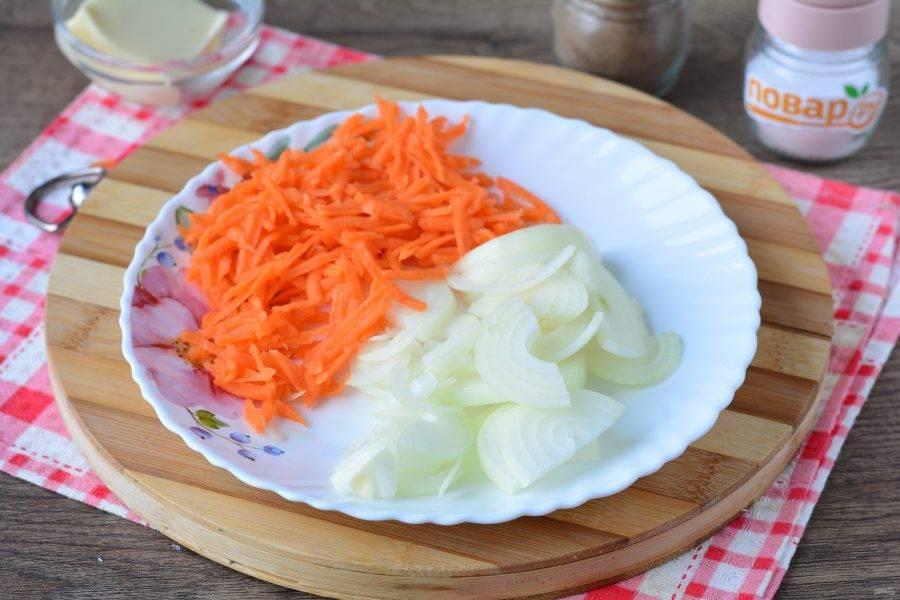 Нарежьте кубиками репчатый лук, натрите на терке морковку.