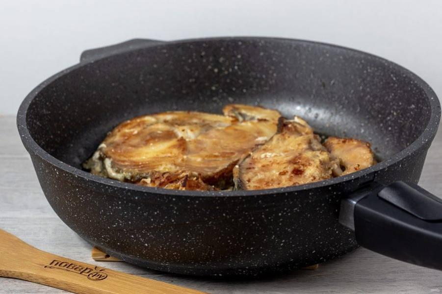 В растительном масле обжарьте стейки с двух сторон. По 5-7 минут с каждой стороны.