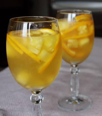 4. Спустя указанное время достаем пунш из холодильника и разливаем по бокалам. Для фуршета или угощения друзьям - это идеальное решение.