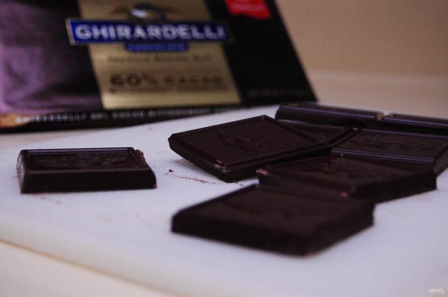1. Сначала мелко нарубите тёмный шоколад.