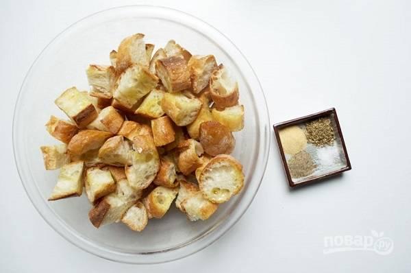 5. Пока варится суп можно заняться крутонами. Багет нарежьте небольшими кусочками, полейте оливковым маслом. Добавьте соль, перец, орегано, сушеный чеснок или другие специи по вкусу. Все как следует перемешайте.