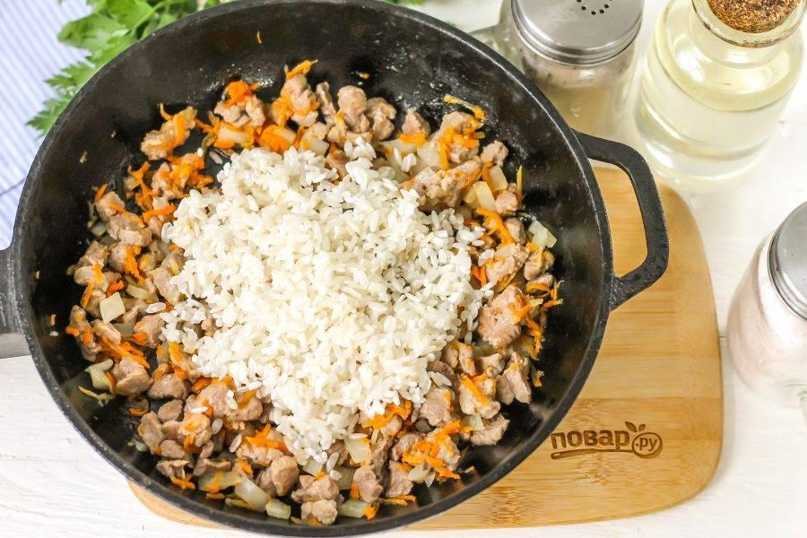 Всыпьте промытый рис, обжарьте около 1 минуты.