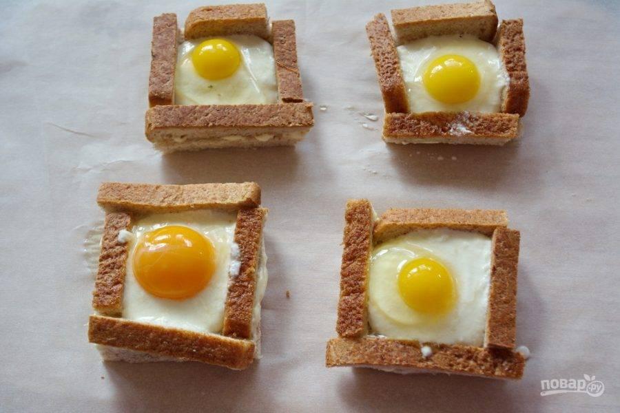 В каждый квадратик вбейте сырое яйцо. Я готовила с перепелиными яйцами и с обычными куриными. Разницы существенной не вижу. Для наглядности показываю оба варианта. Выбирайте вид яиц сами.