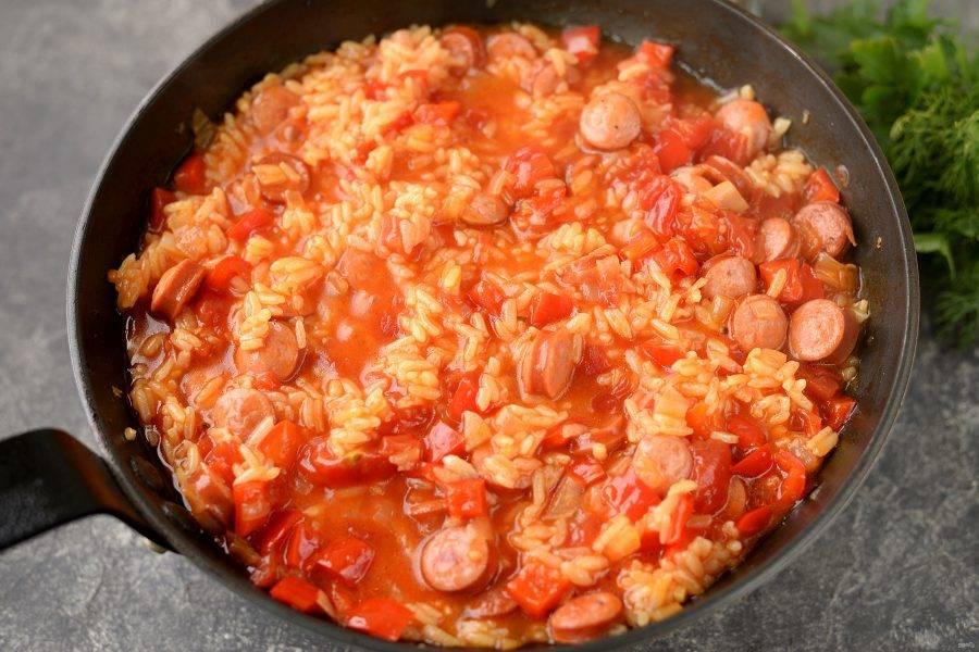 Спустя время выключите плиту, но оставьте блюдо под крышкой еще минут на 10. За это время рис хорошо набухнет и впитает в себя практически всю подливу.