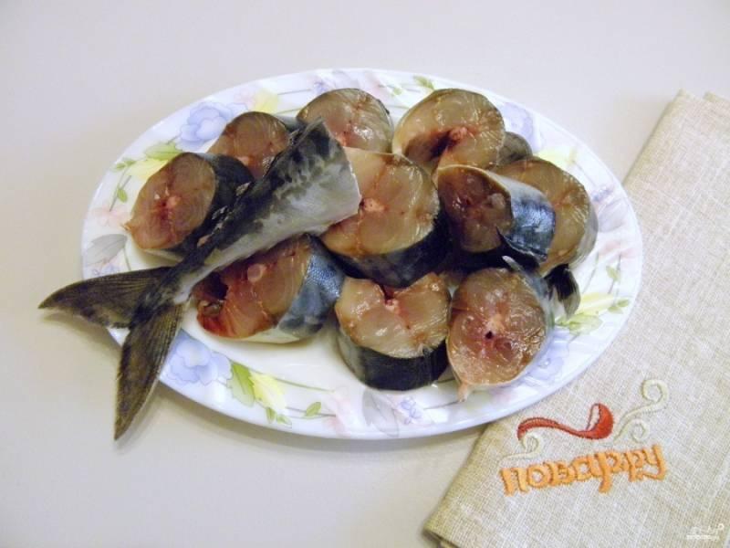 4. Теперь переходите к рыбе. Пока мы готовили рассол, рыба разморозилась. Вымойте ее тщательно, отрежьте голову и удалите внутренности. Тушку порежьте порционными кусочками, но не слишком тонко.