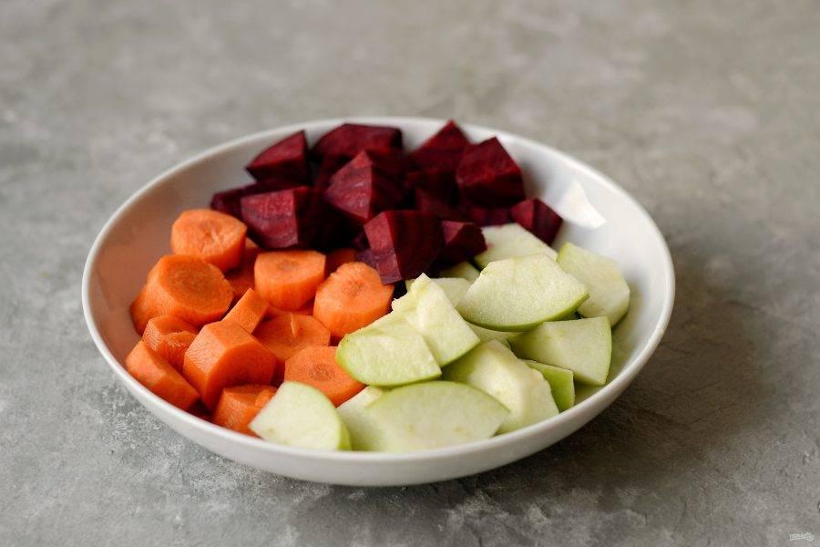 Очистите яблоко, морковь и свеклу от кожуры. Затем нарежьте ломтиками, чтобы было удобно измельчать в блендере.