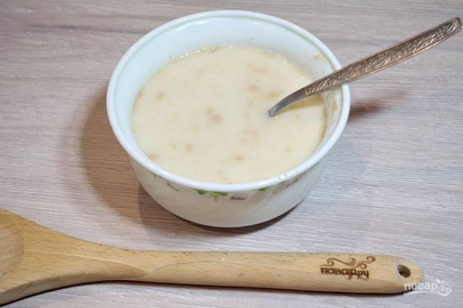 """Для приготовления ватрушек классических возьмите молоко. Согрейте его до температуры в 40 градусов. В молоко добавьте сахар и соль.  Разведите их в молоке. Теперь, добавьте дрожжи. Размешайте и дайте время, чтоб дрожжи """"проснулись"""". Затем введите в массу взбитое яйцо. Снова размешайте."""