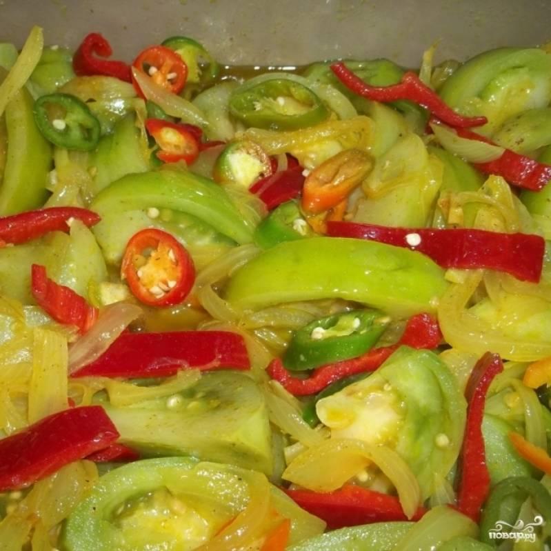 Уксус довести до кипения и кипятить 2-3 минуты, после чего снять с огня, слегка остудить и залить им овощи. Хорошенько перемешайте и отправьте в холодильник мариноваться как минимум на 2-3 дня. Пару раз за день нужно хорошенько перемешивать все овощи.