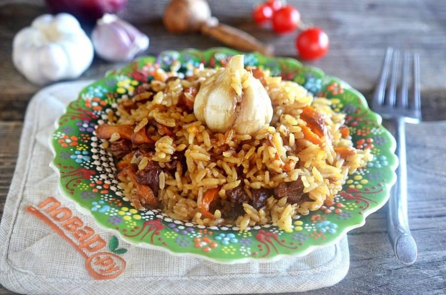 13. Подавайте плов сразу. Вкусно все: и рис, и мясо, и особенно чеснок! Приятного аппетита!