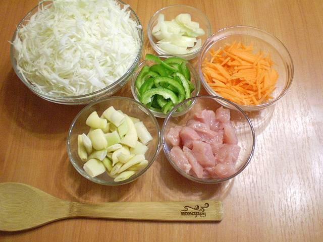 Теперь порежьте все овощи и куриное мясо небольшими кусочками. Для измельчения моркови можно использовать крупную терку.