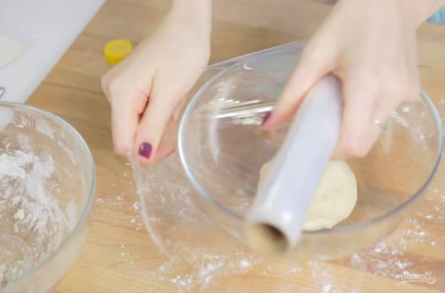 2.  Небольшими порциями добавьте воду и замесите дрожжевое тесто. Переложите его в смазанную растительным маслом миску и накройте ее пищевой пленкой. Оставьте в теплом месте на 1-1,5 часа.