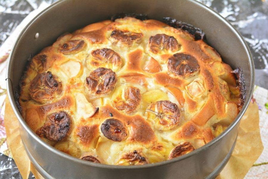 Выпекайте пирог в разогретой духовке 35 минут при температуре 180 градусов. Пирог будет румяным.