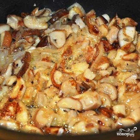 Тем временем белые грибы обжариваем с мелко нарезанным луком - буквально 3-4 минуты.