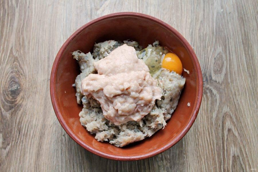 Очищенные кальмары измельчите при помощи блендера или мясорубки и добавьте к рыбному фаршу.