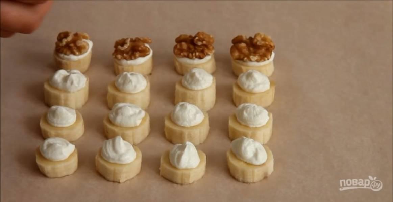 Поверх творога выкладывайте кусочек ореха.