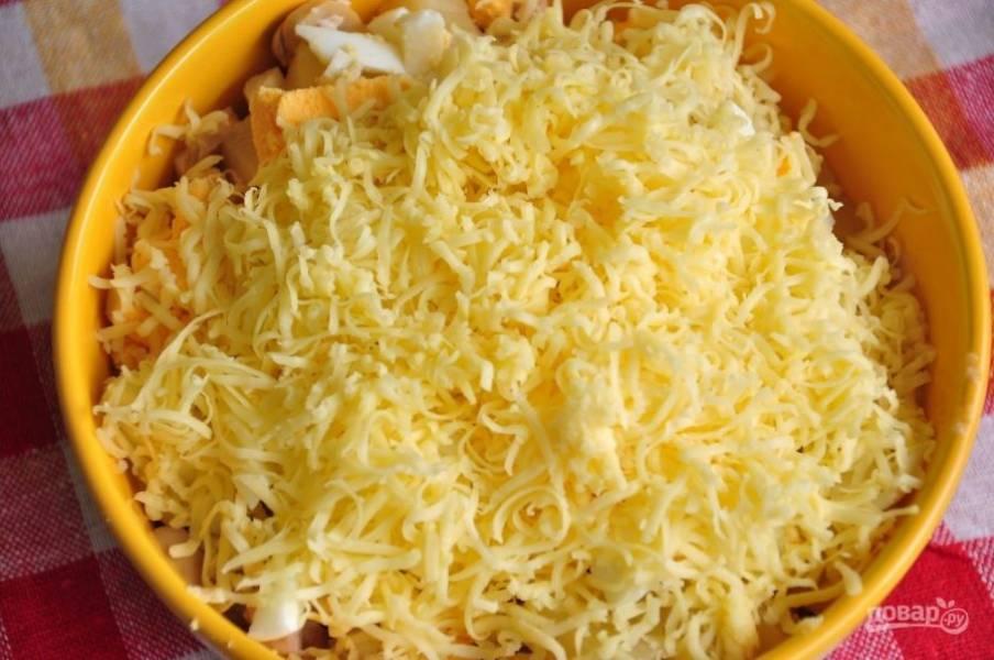 4. Натрите сыр на мелкую терку и перемешайте все ингредиенты.