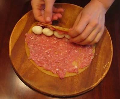 2. Фарш смешаем в блендере вместе с вырезанной грудинкой, 1 сырым яйцом, солью и перцем. Мажем тонким слоем на каждый блинчик, и вместе с отварными очищенными яйцами сворачиваем в рулет.