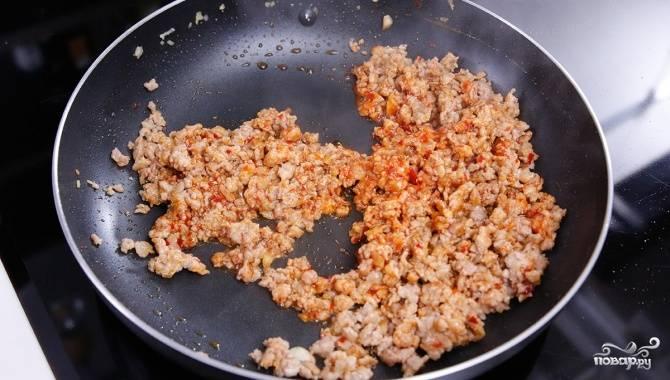 3.Сковороду ставим на огонь, наливаем немного масла, бросаем замаринованный фарш, добавляем имбирь и чеснок, обжариваем до готовности.